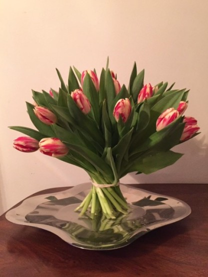 Tulppaanit aaltometallilla